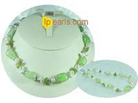white side-dirlled freshwater pearl necklace with green cryatal